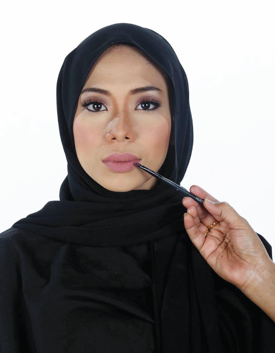 PILIH rona gincu bibir yang lembut dan bersesuaian untuk penampilan serta usia.