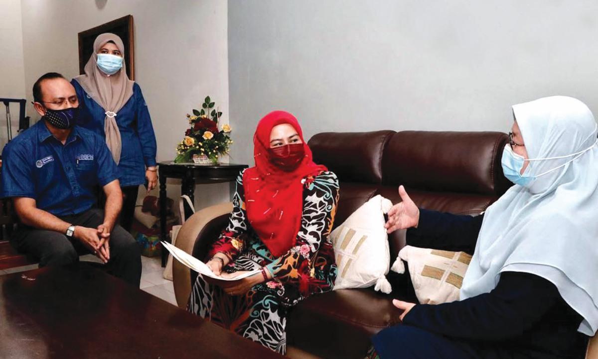 DR Noraini (tengah) dan Ketua Eksekutif PTPTN, Ahmad Dasuki (kiri) beramah mesra dengan isteri Yazirruddin, Halimah Muhabah sebelum sesi Penyerahan Manfaat Perlindungan Takaful SSPN-i.