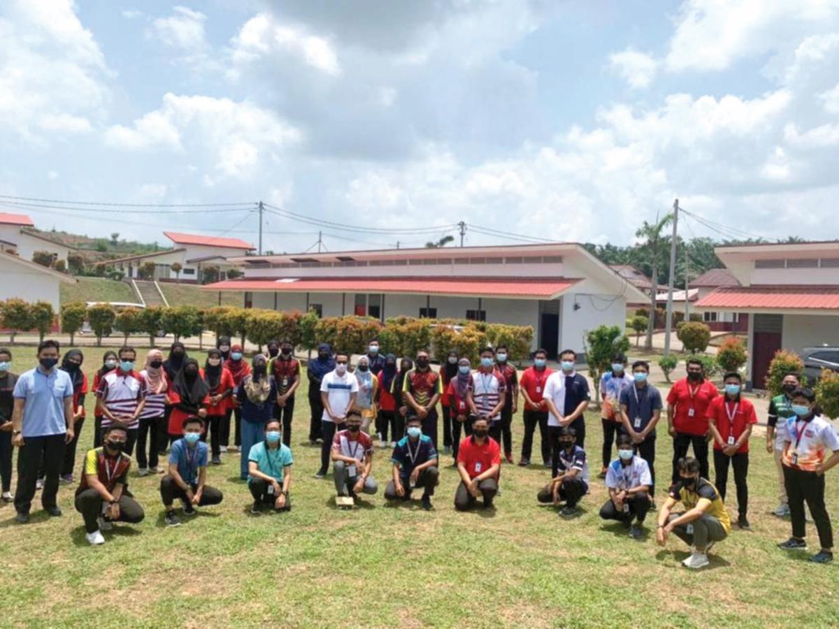 HASBULLAH (baris kedua, dua dari kiri) bergambar bersama para pemimpin pelajar yang menyertai PROMIS 7.0.