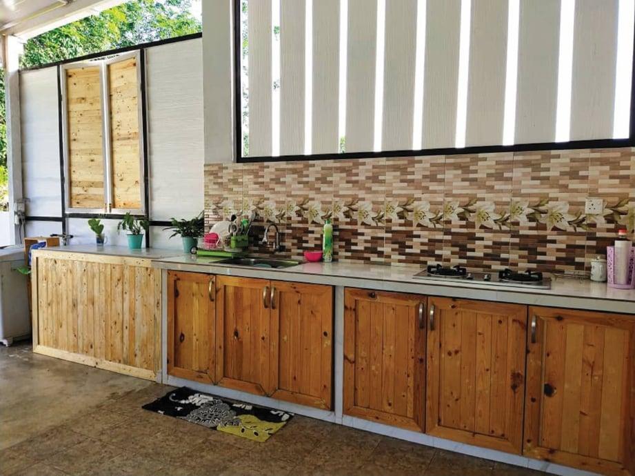 NAJEMI bangga dapat hasil tatarias ruang bertemakan kayu palet untuk dapur di rumahnya. FOTO: Ihsan Mohd Najemi Baharin