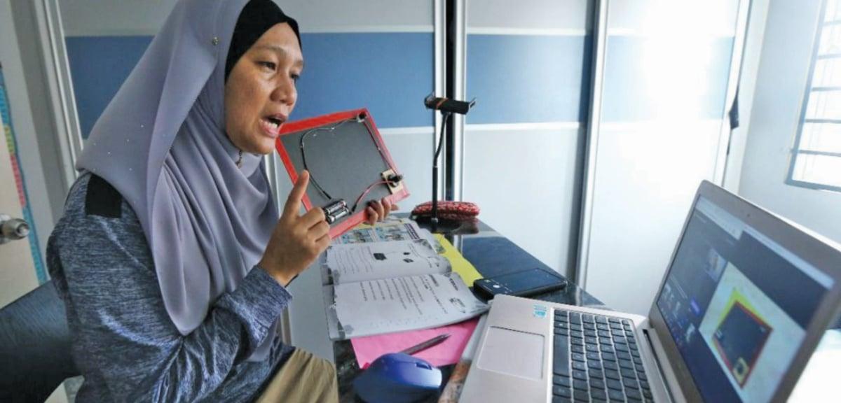 AKSI spontan guru Pendidikan Khas SK Taman Medan, Petaling Jaya, Selangor, Suhaili Abu Bakar ketika PdPR.
