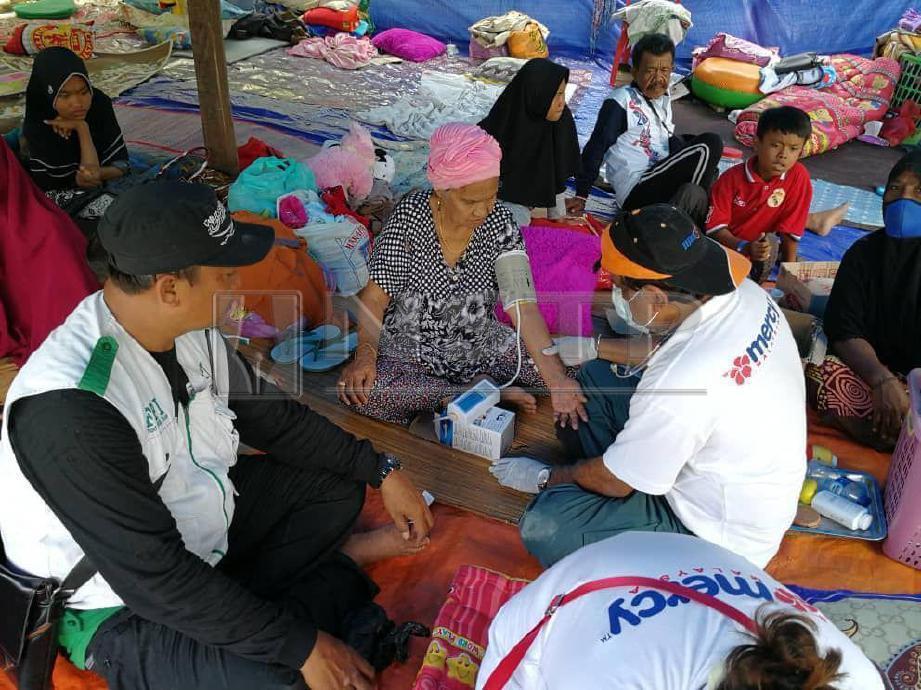 Rawatan perubatan diberikan doktor Mercy Malaysia kepada mangsa yang berlindungi di khemah sementara di Palu. FOTO NSTP