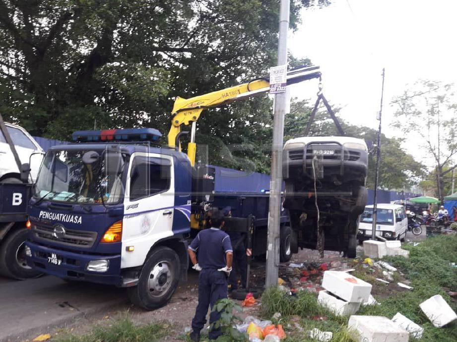 Antara kenderaan tersadai dijadikan sebagai stor menyimpan barangan jualan oleh peniaga Rohingnya yang ditunda dalam operasi itu. FOTO Ihsan DBKL