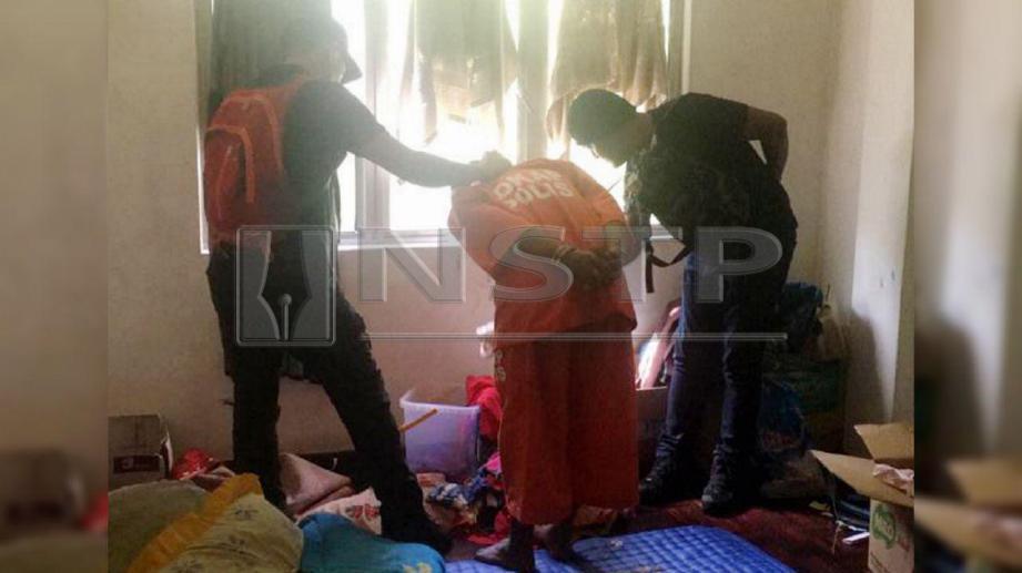 ANGGOTA polis membawa suspek lelaki ke rumahnya untuk mencari bukti berkaitan kes bunuh Nur Aisyah Aleya. FOTO Ihsan PDRM