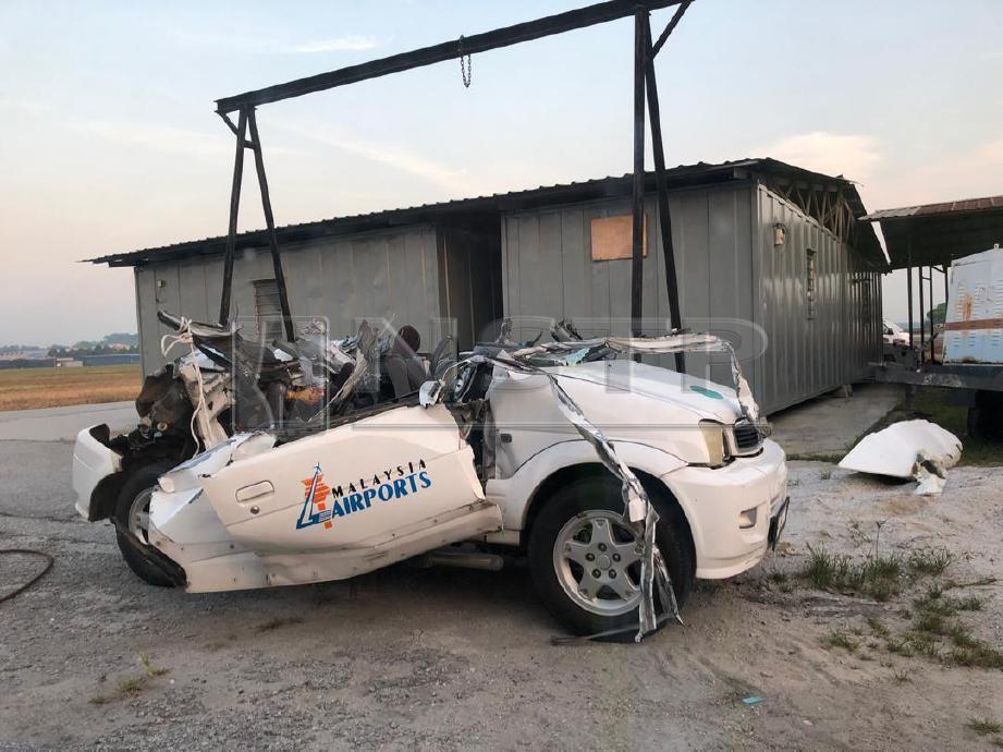KEADAAN Perodua Kembara selepas dilanggar pesawat peribadi di Lapangan Terbang Sultan Abdul Aziz Shah, Subang, hari ini. FOTO NSTP