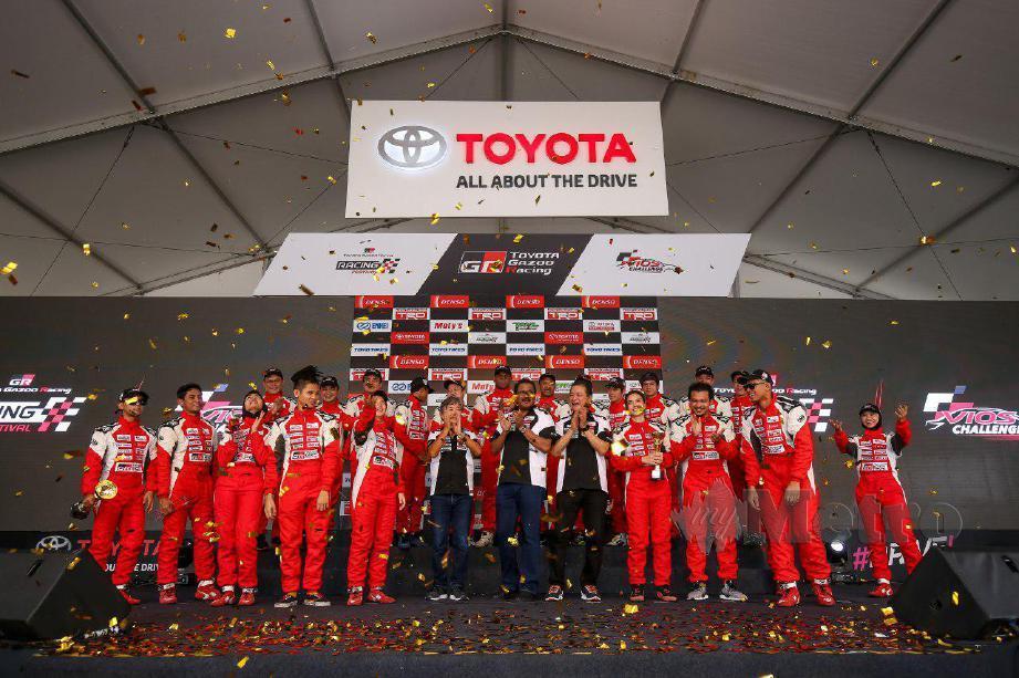RAVINDRAN (tengah) bergambar bersama pemenang Toyota Vios Challenge.