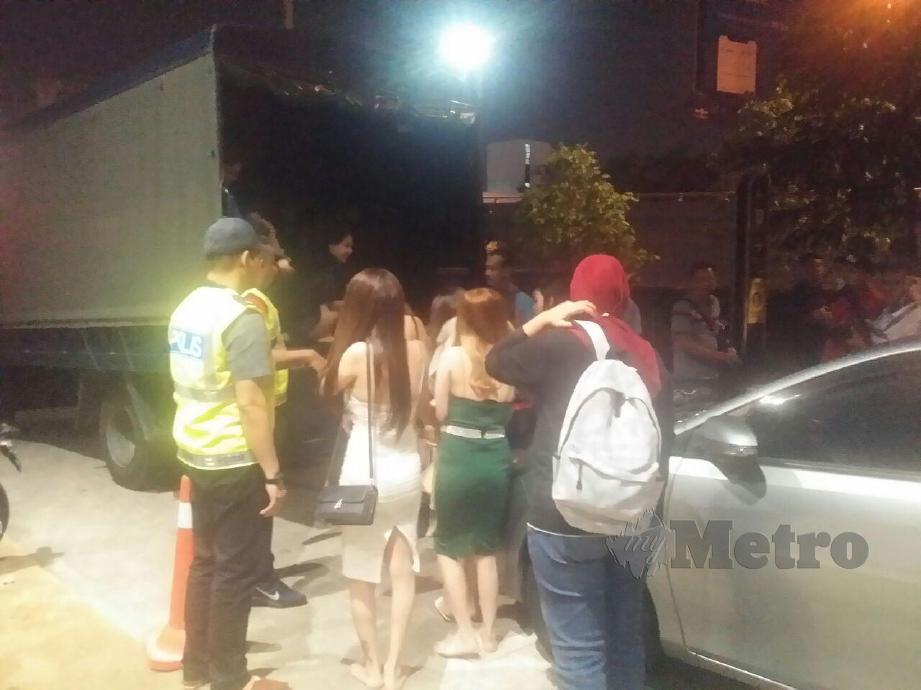 PEGAWAI Turus D7 Selangor, Deputi Superintendan Azmi Shukor memeriksa wanita warga asing disyaki GRO dan pekerja premis sewaktu serbuan di pusat karaoke di Damansara, hari ini. FOTO Norizuan Shamsuddin