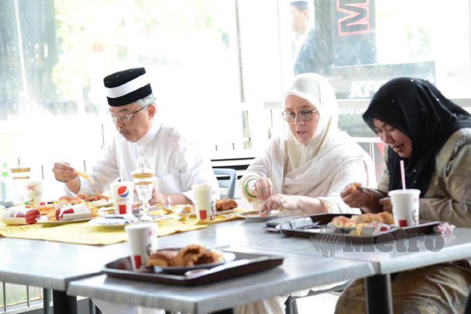 Datuk Seri Shahaniza Shamsuddin (kanan) menceritakan bagaimana beliau berpeluang menyaksikan sendiri baginda berdua menjamu hidangan KFC menggunakan tangan. FOTO Facebook Datuk Seri Shahaniza