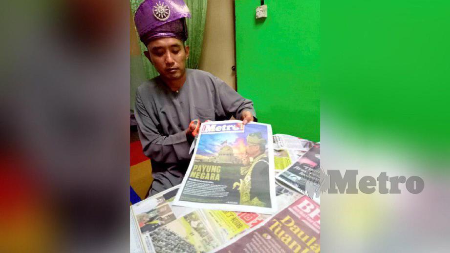 BOY mengumpul gambar keratan akhbar peristiwa Pertabalan Yang Di Pertuan Agong dan Permaisuri Agong. FOTO Ahmad Ismail