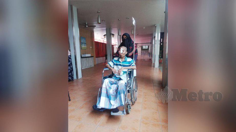 SITI Zubaidah menjaga Mohd Firdaus yang menghidap tibi dan barah otak tahap empat sejak 15 tahun lalu. FOTO NSTP