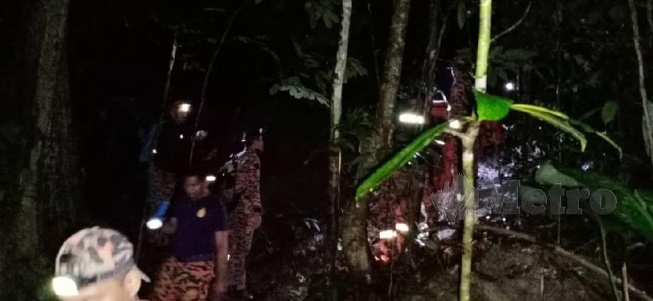 ANGGOTA bomba berusaha membawa turun pendaki yang tersesat ketika mendaki Gunung Berembun. FOTO Ihsan Bomba