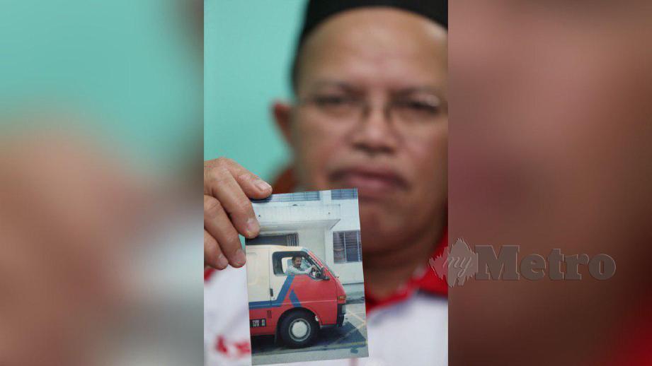 MOHD Termizi menunjukkan van yang pernah dipandunya ketika bertugas. FOTO ZUNNUR AL SHAFIQ