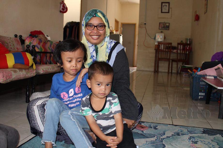 NURUL Wahida bersama Nur Fatihah dan anak bongsunya, Muhammad Irsyad, berusia dua setengah tahun. FOTO Mohd Amin Jalil