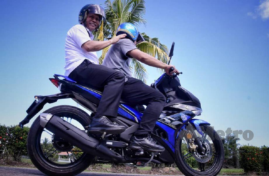 Mohd Shafie menaiki motosikal untuk melawat PDM di Kimanis. FOTO Juwan Riduan