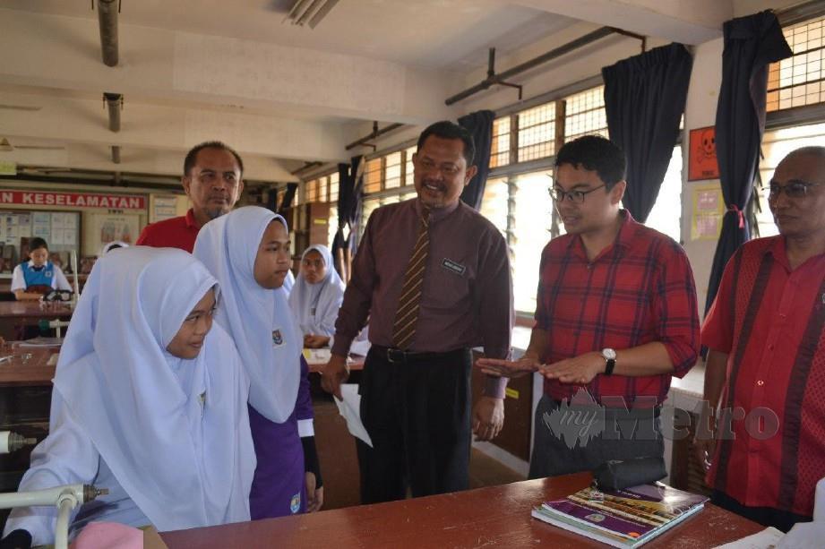 CHEAN Chung bertemu Farhana (dua dari kiri), Fatin (kiri), yang kembali bersekolah di SMK Indera Mahkota 2, Kuantan. FOTO ASROL AWANG