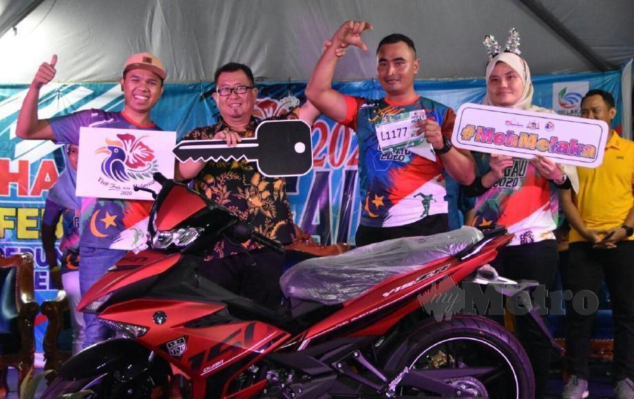 SALMIN (dua dari kanan) bersama motosikal dimenanginya. FOTO Amir Mamat