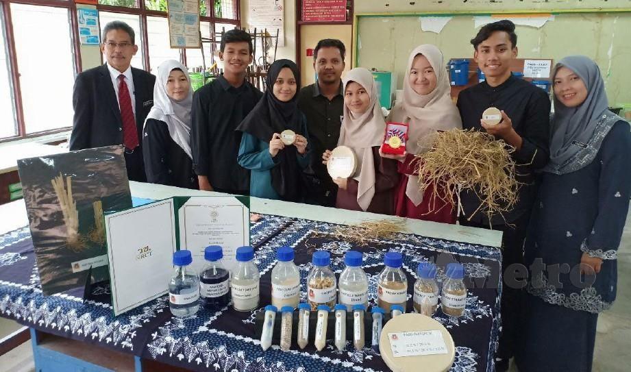 KUMPULAN Inovasi SMKPA dan Pengetuanya, Mohd Talib Abdul Wahab (kiri) bersama Penapis Air untuk Rawatan Sisa Industri Batik yang mendapat pingat emas bagi ketegori alam sekitar di Pertandingan Pameran Harta Intelek, Rekacipta, Inovasi dan Teknologi Antarabangsa di Bangkok, Thailand. FOTO AHMAD RABIUL ZULKIFLI