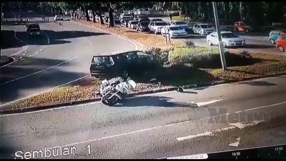 DETIK cemas anggota polis trafik yang dirempuh sebuah kereta ketika mengawal lalu lintas hingga tular di media sosial.