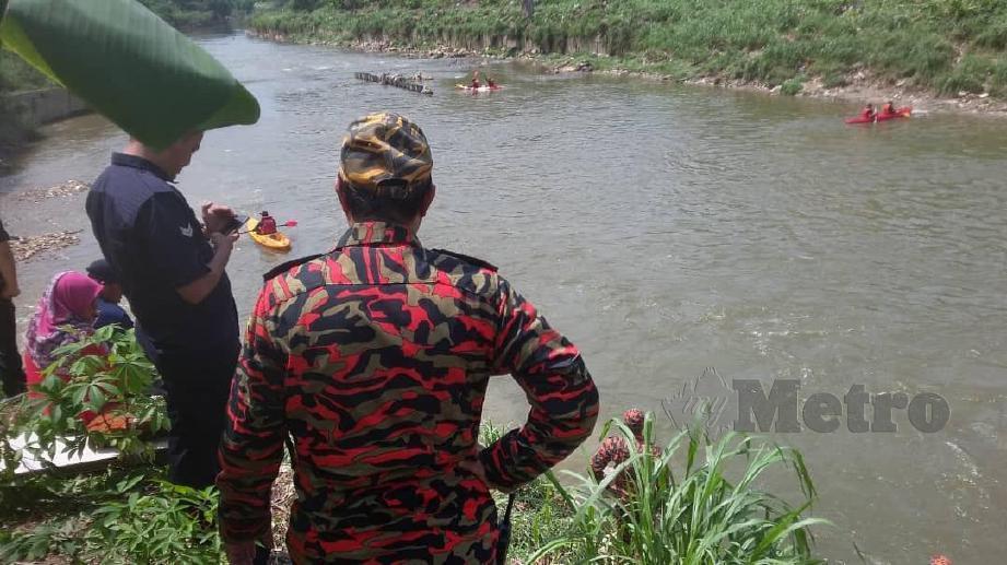 ANGGOTA bomba menggunakan kayak untuk mencari dan menyelamat mangsa yang dikhuatiri lemas di Sungai Puchong berhampiran Taman Angkasa. FOTO Ihsan Bomba