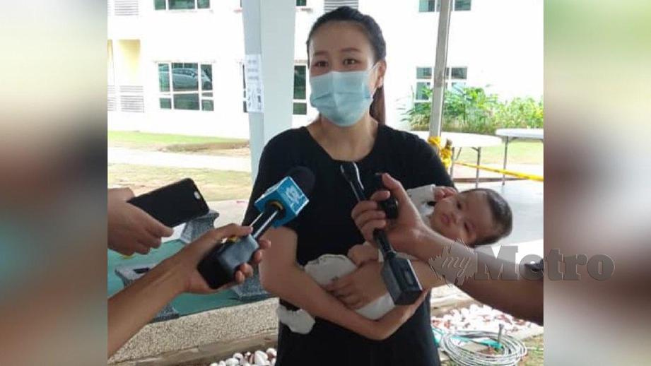 WU mendukung bayi lelakinya berusia dua bulan ketika ditemui di Akept. FOTO NSTP