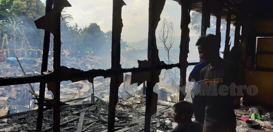 KEADAAN perkampungan setinggan dekat Kampung Seng Kee yang terbakar. FOTO Hazsyah Abdul Rahman