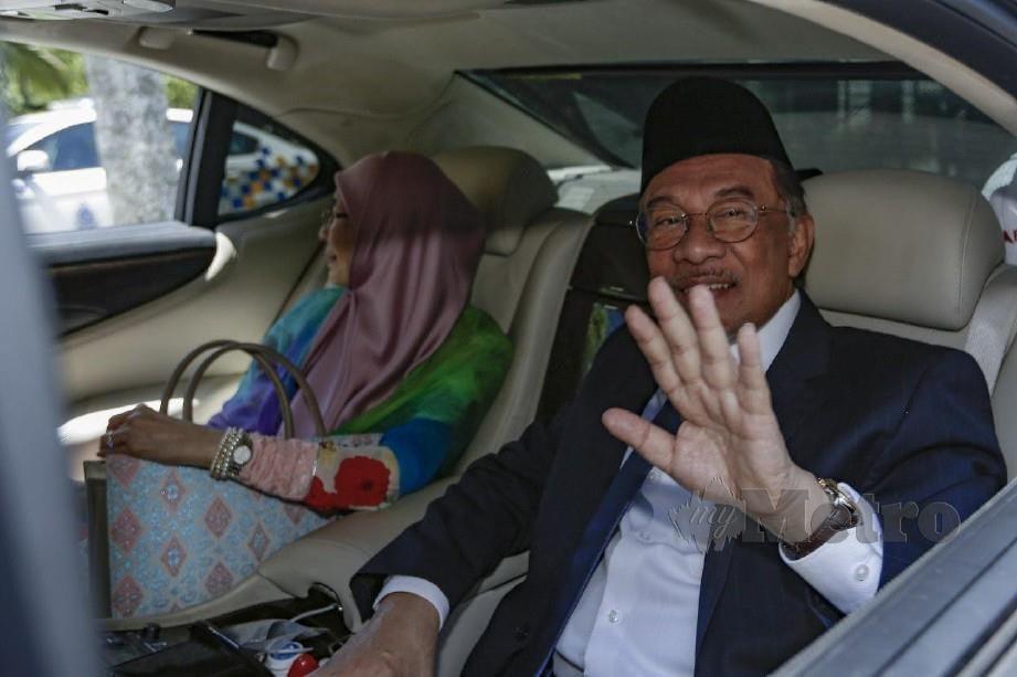 ANWAR bersama Wan Azizah keluar selepas menghadap Yang Di-Pertuan Agong di Istana Negara, Kuala Lumpur. FOTO AIZUDDIN SAAD
