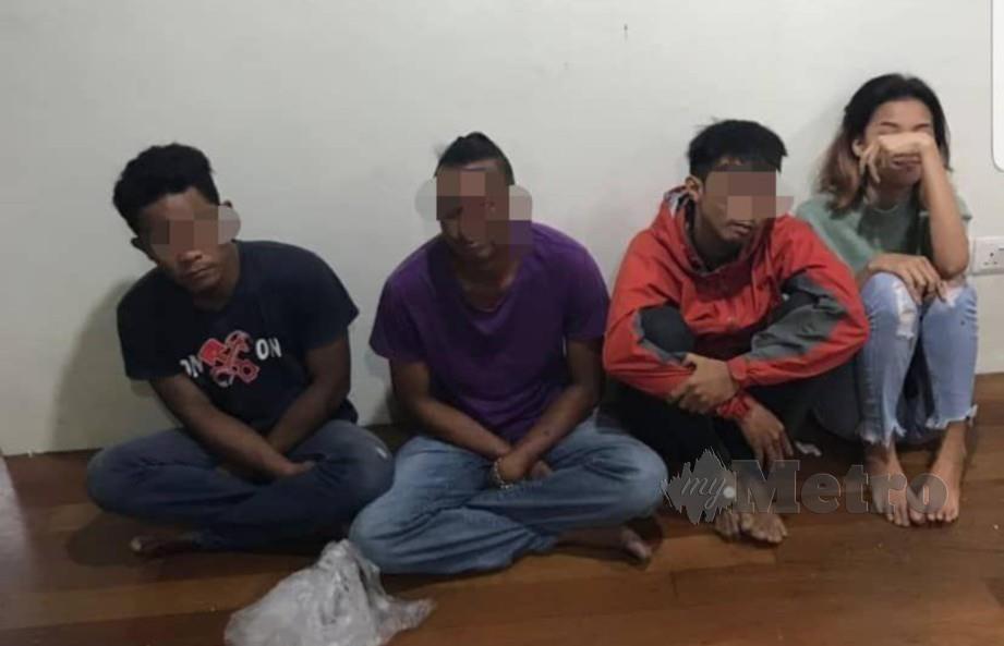 EMPAT ahli sindiket judi dalam talian ditahan polis di Taman Hui Sing, Kuching, pagi tadi. FOTO POLIS