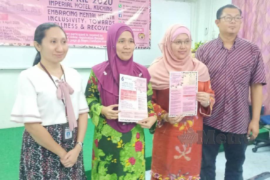 DR Rosliwati (dua dari kiri) menunjukkan risalah mengenai Persidangan Kesihatan Mental Sarawak Ke-6 selepas sidang media di hospital Sentosa,Kuching hari ini. FOTO NORSYAZWANI NASRI