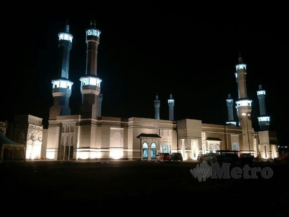 KEINDAHAN cahaya lampu Masjid Razaleigh yang menyerupai Masjidil Haram di Makkah di Bandar Lama, disini, yang diambil waktu malam. FOTO Ramli Ibrahim