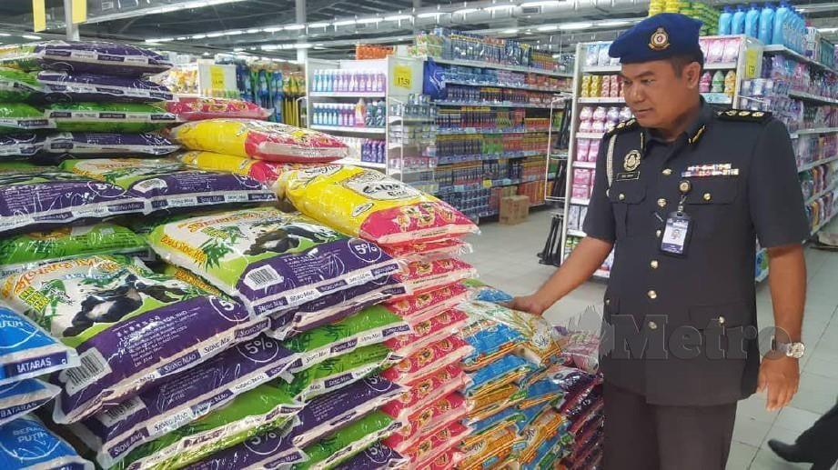 Abd Muis Samsudin meninjau barangan keperluan asas di pasar raya Bataras, Kolombong. FOTO Yun Mikail