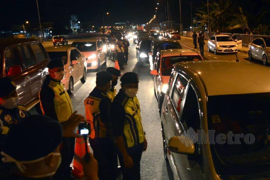 Keadaan ketika sekatan jalan raya yang dilakukan di Jalan Putatan, berikutan Perintah Kawalan Pergerakan. FOTO Juwan Riduan