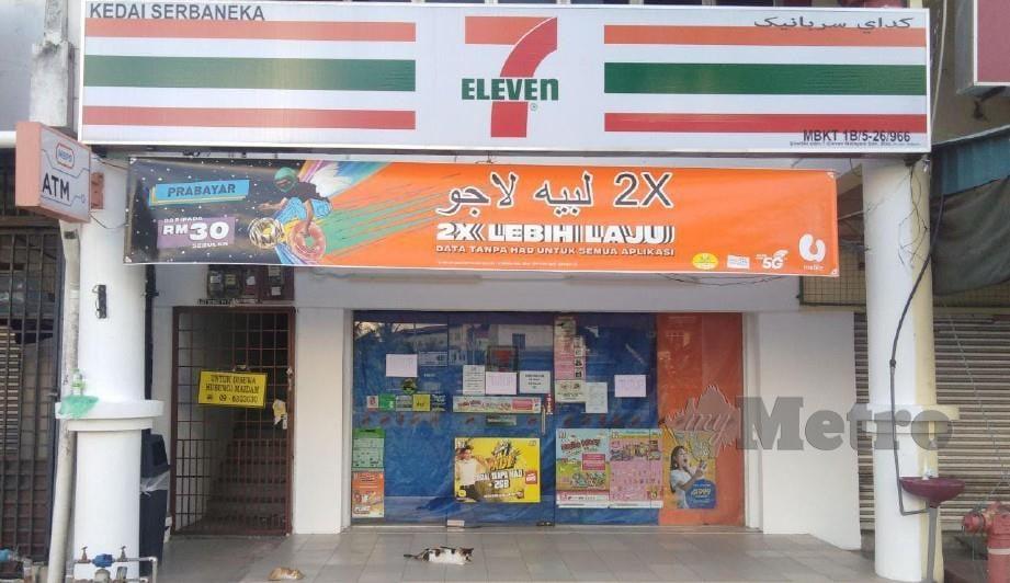 AKTIVITI perniagaan kedai Seven Eleven mematuhi arahan menutup perniagaan bermula jam 6 petang. FOTO ZAID SALIM