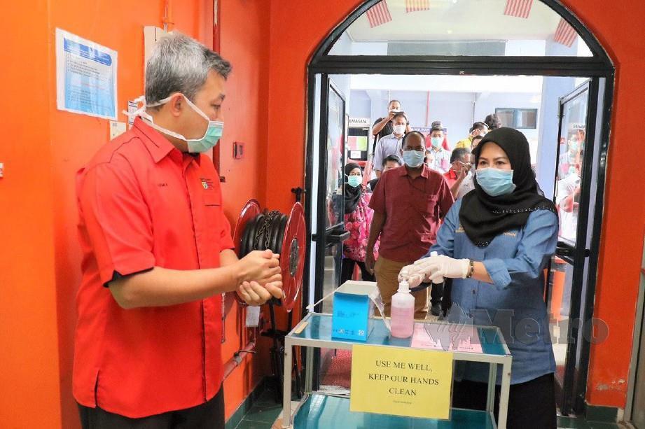 NAIB Canselor UKM Prof Datuk Ir Dr Mohd Hamdi Abd Shukor (kiri) mencuba cecair basmi kuman ciptaan UKM.