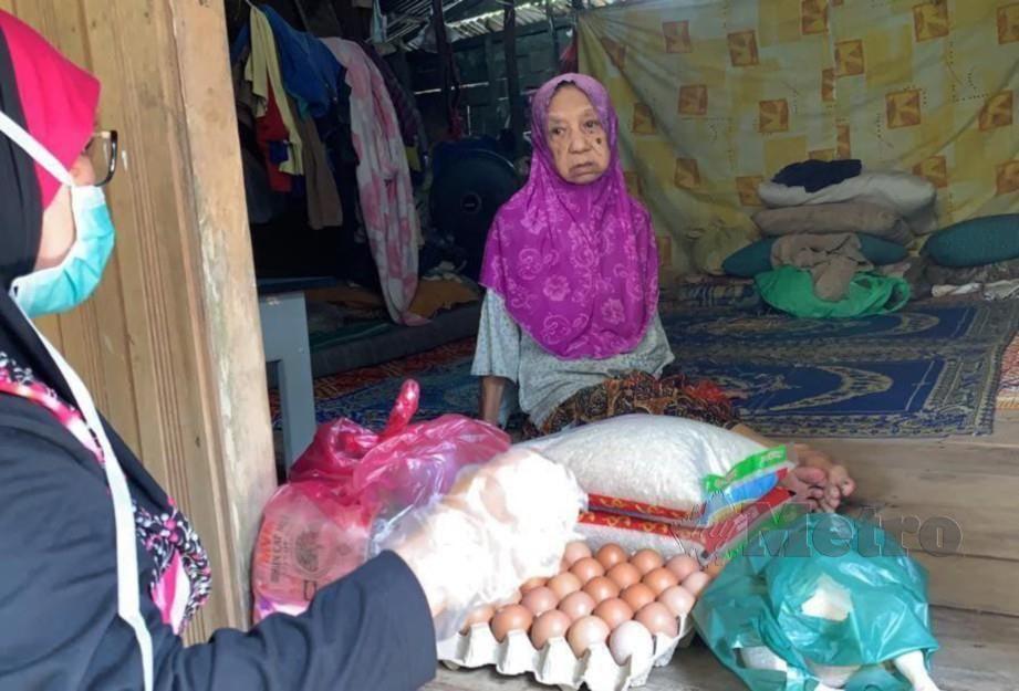CHE Som ditemui ketika menerima bantuan keperluan asas daripada NGO, Thirdforce di rumahnya di Kampung Telaga Mas, semalam.