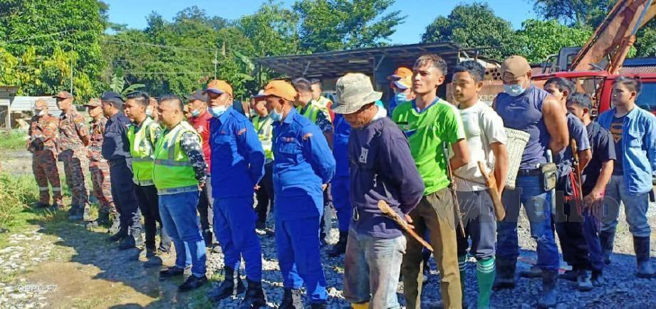 GERAKAN mencari dan menyelamat diaktifkan bagi mengesan seorang remaja lelaki yang hilang di hutan berdekatan Kampung Berawan, Limbang sejak semalam. FOTO IHSAN BOMBA