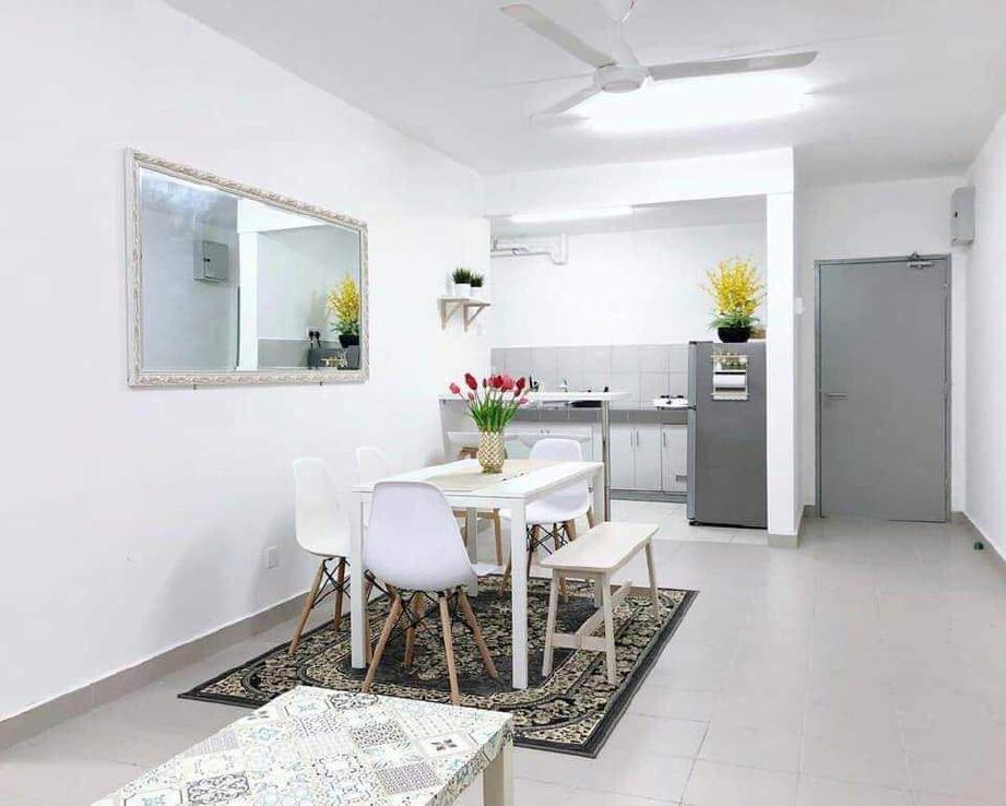 KELUASAN terhad ruang makan dan dapur tidak menjadi halangan untuk dihias menarik.