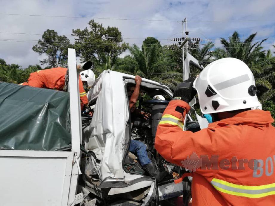 Bomba mengeluarkan mangsa tersepit dalam kemalangan melibatkan dua lori di Jalan Saratok-Betong pagi tadi. FOTO Ihsan Bomba