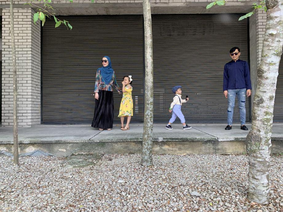 AKSI 'kandid' raya Elyantie Anis dan keluarganya ketika 'outing' raya. FOTO Ihsan Elyanti Anis Md Noor & The Syim Foto