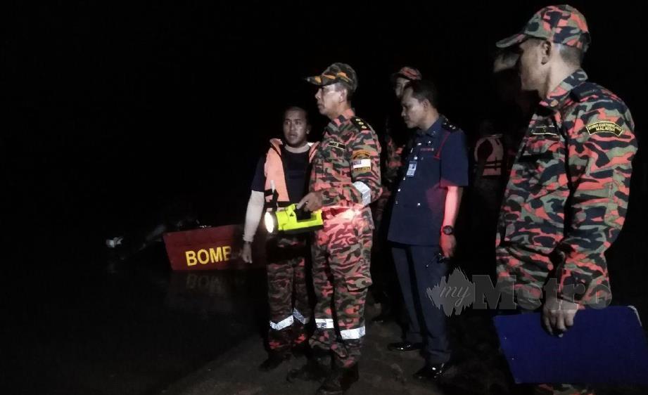 Anggota Bomba dan Penyelamat melakukan pemantauan di lokasi sebelum melakukan Operasi Mencari dan Menyelamat. FOTO ZAID SALIM