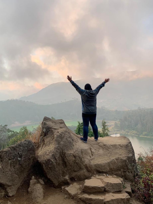 CABARAN buat yang gayat apabila bergambar di pinggir puncak untuk rakam bersama Telaga Warna. FOTO Trans.Mountain