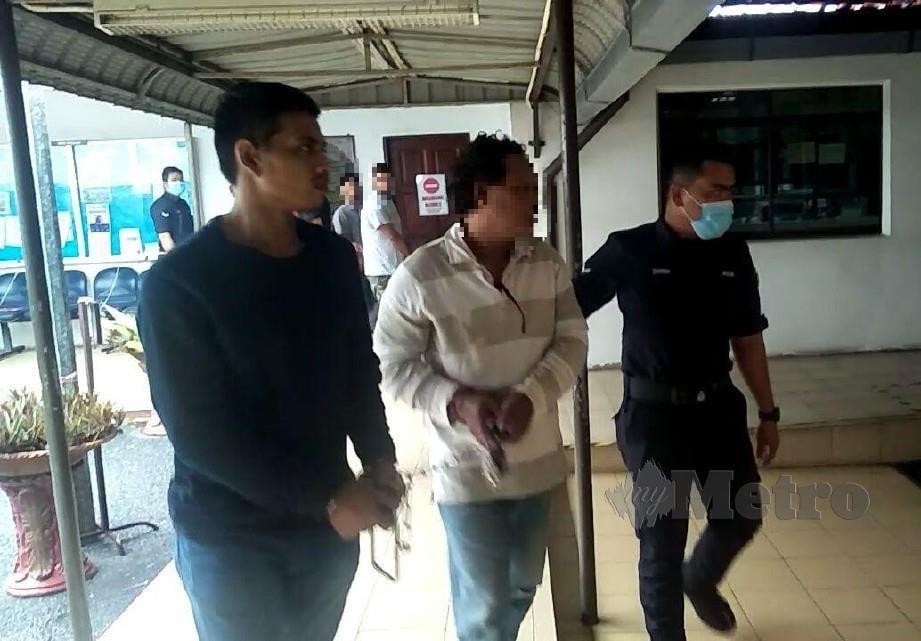 Polis menahan lelaki berusia 54 tahun (tengah) semalam selepas disyaki merogol anak perempuan kandung yang baru selesai berpantang melahirkan anak pertamanya di rumah mereka dekat Utan Aji pada pertengahan bulan lalu dan direman tujuh hari di Mahkamah Majistret Kangar hari ini. FOTO DZIYAUL AFNAN ABDUL RAHMAN