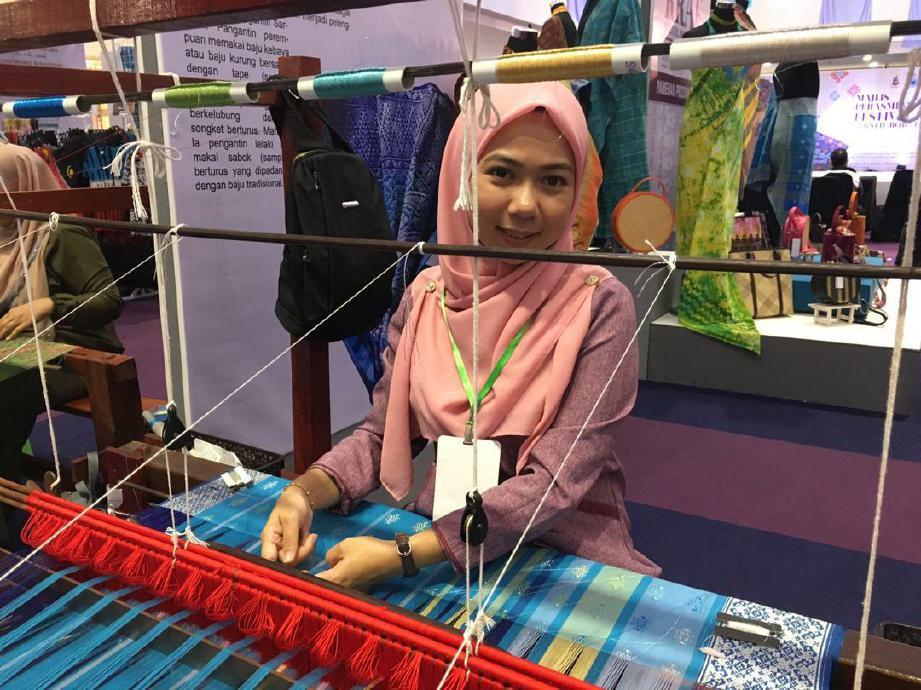 RAMTINIWATI gilap kemahiran dalam tenunan songket Sarawak sehingga berupaya jadi pengusaha industri kraf. FOTO Ihsan Kraftangan Malaysia