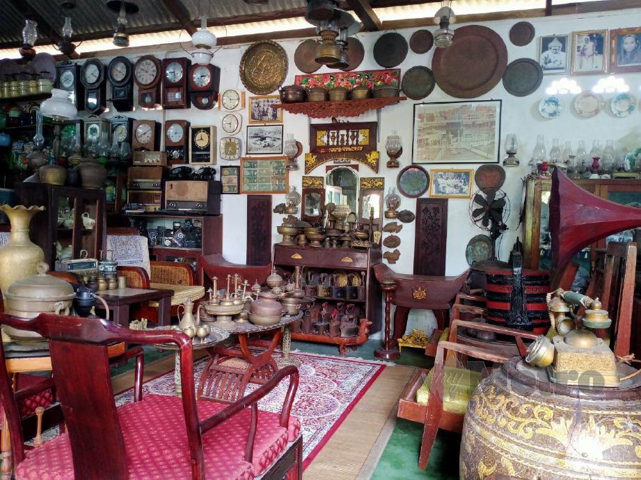 Antara barangan lama yang ada di dalam galeri milik pemuda, Mahadhir Ab Rahman, 38, di galerinya di Kampung Telok, Pasir Panjang, Port Dickson. FOTO MOHD KHIDIR ZAKARIA