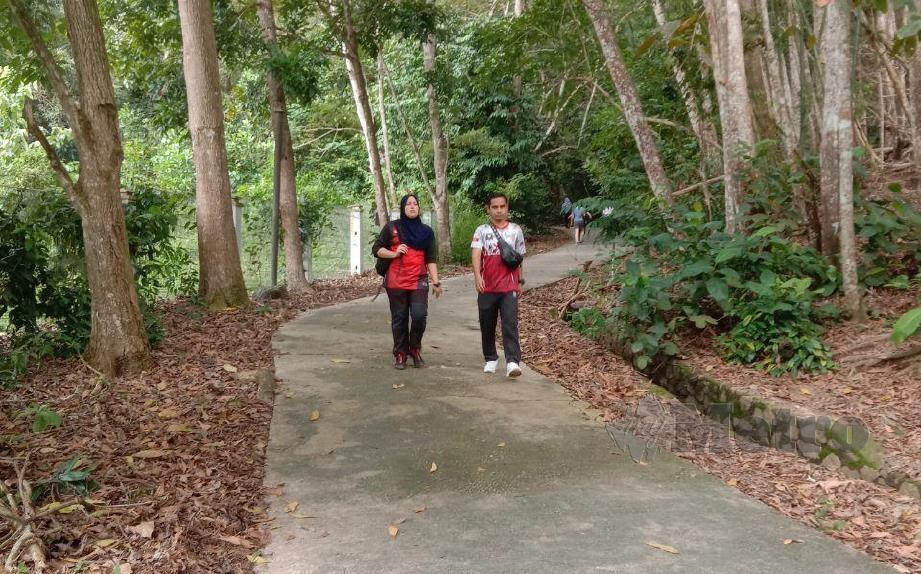 airi Mamat bersama rakannya ketika ditemui sedang melakukan aktiviti mendaki Gunung Lambak di Kluang. FOTO ADNAN IBRAHIM