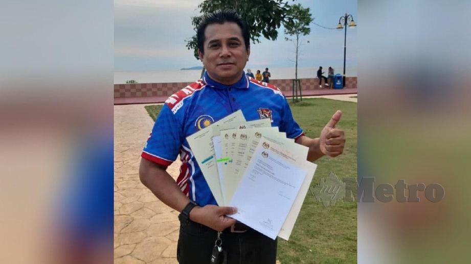ZULKIFLI menunjukkan sebahagian sijil SPM  yang dimilikinya selepas 18 kali mengambil peperiksaan itu sejak 2011. FOTO Ihsan Zulkifli Md Pungut