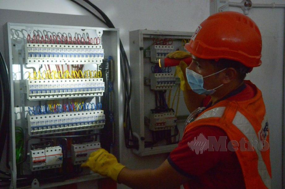 Pegawai TNB melakukan pemeriksaan penyambungan elektrik haram ketika Ops Bitcoin oleh Tenaga Nasional Berhad (TNB) di premis perniagaan One Kesas, Klang. FOTO FAIZ ANUAR