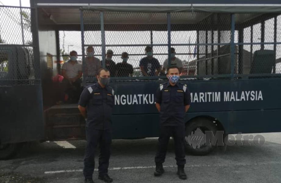 Maritim Malaysia Zon Maritim Tanjung Sedili menahan enam lelaki termasuk tekong dipercayai pendatang asing tanpa izin menerusi Op Benteng Laut 1/2020 yang dijalankan di perairan Johor Timur, petang semalam. FOTO IHSAN APMM