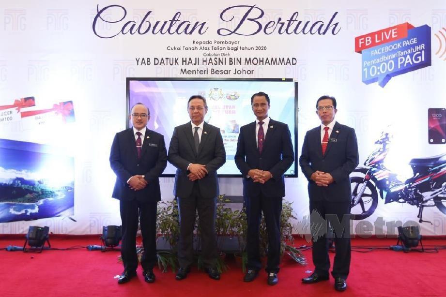 Hasni Mohammad (dua dari kiri) menyempurnakan Majlis Cabutan Bertuah pembayar cukai tanah di Bangunan Dato'Jaafar Muhammad di sini. FOTO IHSAN PEJ MB