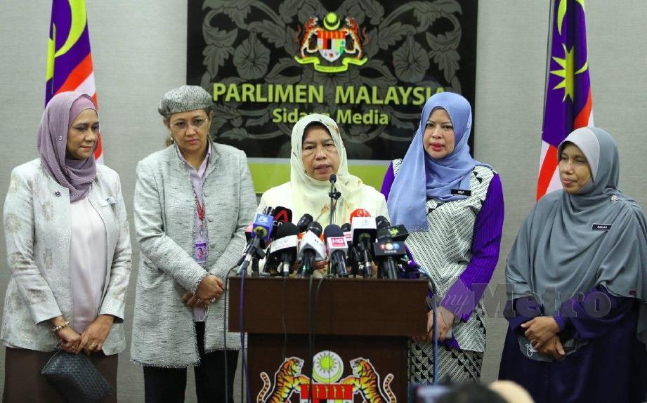ZURAIDA (tengah), mengetuai Ahli Parlimen wanita dari Perikatan Nasional  yang menyokong perlantikan Datuk Seri Azalina Othman Said sebagai Timbalan Yang Dipertua Dewan Rakyat wanita pertama ketika sidang Dewan Rakyat di Bangunan Parlimen, Kuala Lumpur. FOTO MOHAMAD SHAHRIL BADRI SAALI