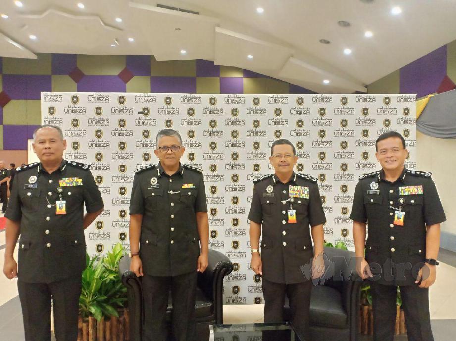 Ketua Pengarah Penjara Datuk Seri Zulkifli Omar (dua dari kanan) beramah mesra dengan Naib Canselor Universiti Sultan Zainai Abidin (UniSZA), Prof Datuk Dr Hassan Basri Awang Mat Dahan (tiga dari kanan) sambil disaksikan Pengarah Bahagian Radikal dan Risiko Tinggi Jabatan Penjara Malaysia (JPM) Komisioner Penjara, Supri Hashim (kanan) dan Pengarah Penjara Terengganu, Timbalan Komisioner Penjara Ahmad Saidi Hamzah. FOTO AHMAD RABIUL ZULKIFLI